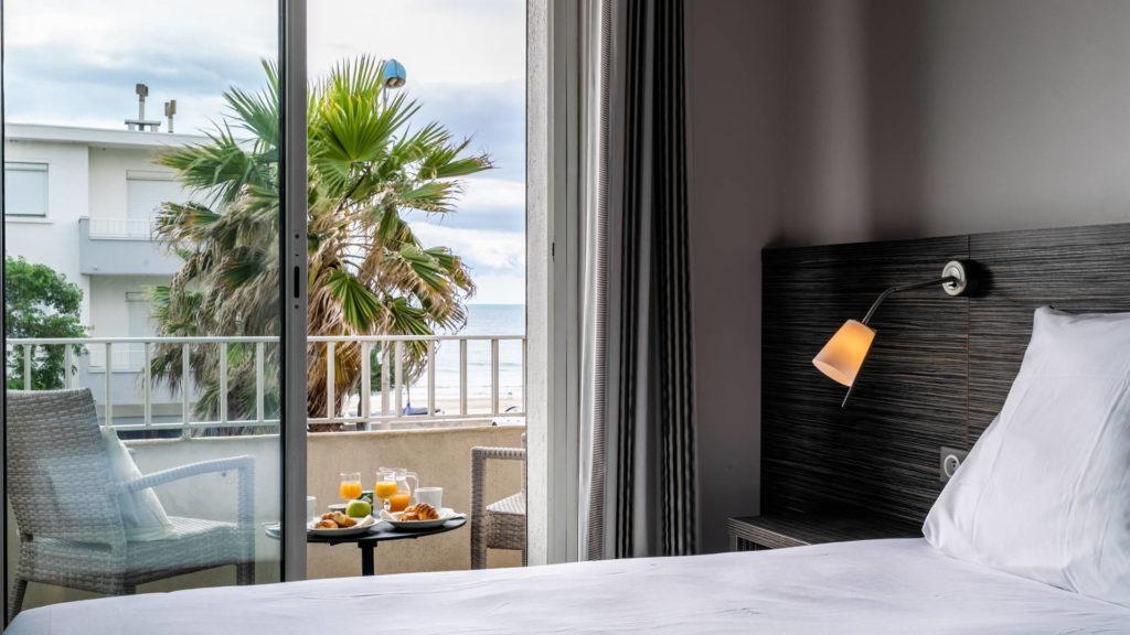 chambre avec lit et terrasse, vue mer - vacances occitanie